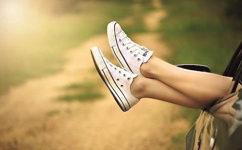 座りすぎで足がむくむ?座りながらできるテニスボールを使った足裏マッサージ法